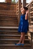 Mujer en fondo de la escalera de madera Fotografía de archivo