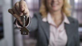 Mujer en el formalwear que muestra llaves a la cámara almacen de video