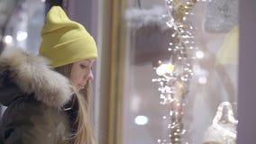 Mujer en el frente de la tienda almacen de video