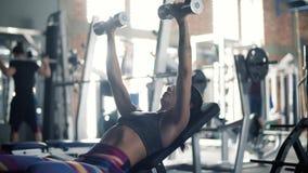 Mujer en el gimnasio almacen de metraje de vídeo