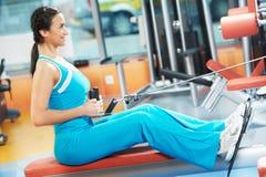 Mujer en el gimnasio del entrenamiento Imágenes de archivo libres de regalías