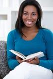Mujer en el goce del libro de lectura Imagenes de archivo