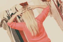 Mujer en el guardarropa que elige la ropa Foto de archivo