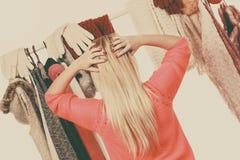 Mujer en el guardarropa que elige la ropa Imagenes de archivo