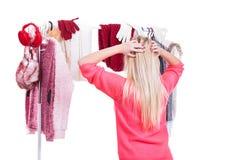 Mujer en el guardarropa que elige la ropa Fotos de archivo