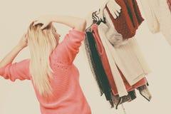 Mujer en el guardarropa que elige la ropa Fotografía de archivo