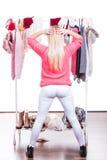 Mujer en el guardarropa que elige la ropa Imagen de archivo