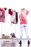 Mujer en el guardarropa que elige la ropa Fotografía de archivo libre de regalías
