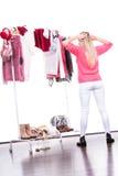 Mujer en el guardarropa que elige la ropa Imágenes de archivo libres de regalías