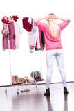 Mujer en el guardarropa que elige la ropa Imagen de archivo libre de regalías