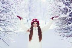 mujer en el invierno al aire libre Fotos de archivo