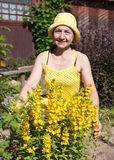 Mujer en el jardín Fotografía de archivo libre de regalías