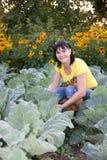 Mujer en el jardín vegetal Imagen de archivo libre de regalías