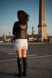 Mujer en el lugar de Concorde en París Fotos de archivo libres de regalías