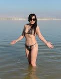 Mujer en el mar muerto Fotos de archivo libres de regalías