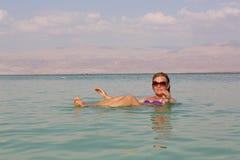 Mujer en el mar muerto Imagenes de archivo