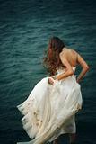 Mujer en el mar tempestuoso cercano blanco Fotografía de archivo