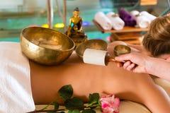 Mujer en el masaje de la salud con los tazones de fuente del canto Imágenes de archivo libres de regalías
