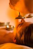 Mujer en el masaje de la salud con los tazones de fuente del canto Imagen de archivo libre de regalías