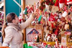 Mujer en el mercado de la Navidad Imagenes de archivo