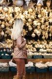 Mujer en el mercado de la Navidad Imagen de archivo