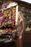 Mujer en el mercado de la Navidad Fotos de archivo