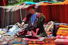 Mujer en el mercado de Pisac en Perú Imagenes de archivo