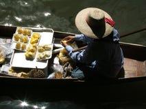 Mujer en el mercado flotante tailandés Imagen de archivo libre de regalías