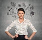 Mujer en el muro de cemento con bosquejos del negocio Imagen de archivo