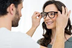 Mujer en el oftalmólogo fotos de archivo libres de regalías
