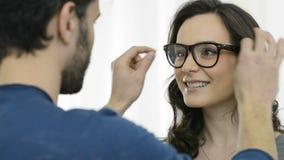 Mujer en el oftalmólogo almacen de video