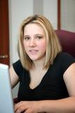 Mujer en el ordenador Imagenes de archivo