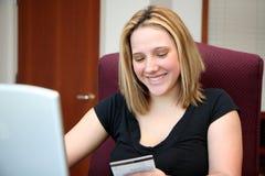 Mujer en el ordenador Fotografía de archivo