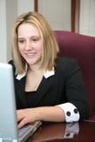 Mujer en el ordenador Imagen de archivo