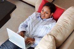 Mujer en el ordenador Foto de archivo libre de regalías