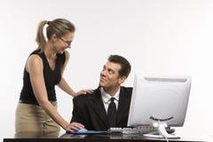 Mujer en el ordenador con el hombre Imágenes de archivo libres de regalías