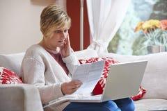 Mujer en el ordenador portátil Imagen de archivo libre de regalías