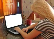 Mujer en el ordenador portátil de Internet con la pantalla en blanco Imágenes de archivo libres de regalías