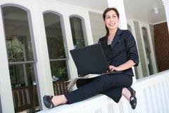 Mujer en el ordenador portátil en el país fotos de archivo