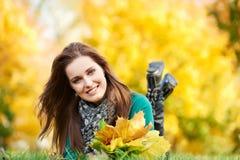 Mujer en el otoño al aire libre Fotos de archivo libres de regalías