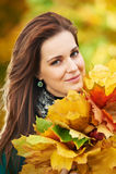 Mujer en el otoño al aire libre Foto de archivo