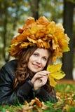 Mujer en el otoño al aire libre Foto de archivo libre de regalías