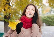 Mujer en el otoño con el móvil Fotos de archivo