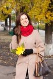 Mujer en el otoño de la ciudad Imagen de archivo libre de regalías