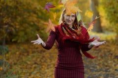 Mujer en el otoño - modelo de moda de la belleza Girl fotos de archivo