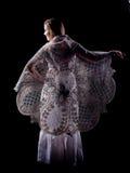 Mujer en el paño de lino y el capote del cordón Fotografía de archivo