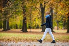 Mujer en el parque Fotografía de archivo