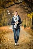 Mujer en el parque Fotografía de archivo libre de regalías