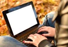 Mujer en el parque con el ordenador portátil Imágenes de archivo libres de regalías