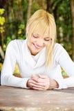 Mujer en el parque con los auriculares Imagen de archivo libre de regalías